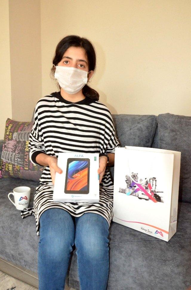 Büyükşehir Belediyesinden işitme engelli Suna'ya tablet bilgisayar